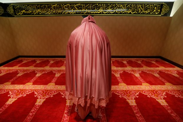 A Muslim woman prays at the Al Meroz hotel in Bangkok, Thailand, August 29, 2016. Picture taken August 29, 2016.  REUTERS/Chaiwat Subprasom