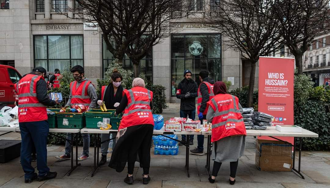 """Photos: """"Who is Hussain?"""" volunteers in London help needy people in their weekly campaign"""
